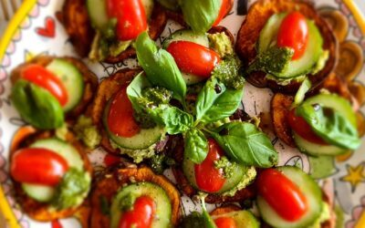 Zoete aardappeltoast met avocado,  tomaat,  komkommer en pesto