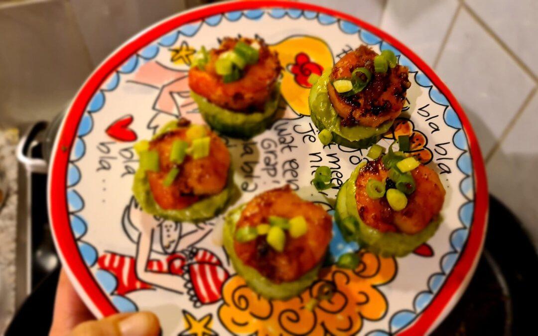 Komkommer met guacamole en reuzegarnaal