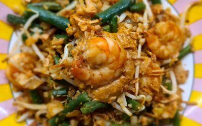 Nasi van bloemkoolrijst met garnalen